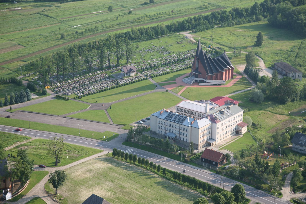 Zdjęcie szkoły, cmentarza parafialnego i nowego kościoła w Bliznem