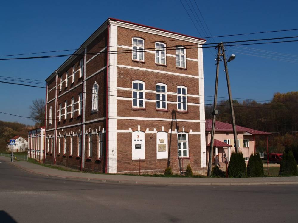 Zdjęcie szkoły podstawowej w Orzechówce